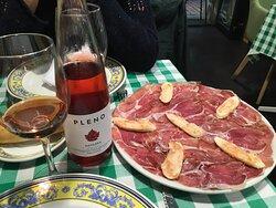 entrée avec le jambon basque et le vin de Navarre. Idéal pour une mise en bouche