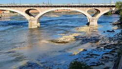Souvenirs de mes Balades -- France - Occitanie - La Garonne en fin d'été souffre d'un cruel manque d'eau , les rochers apparaissent largement proche du pont des Catalans - 21.09.16 - Cliquer sur la photo pour découvrir la prise de vue complète