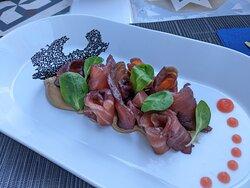 Salmone Marinato con frutti rossi su burro di anacardi