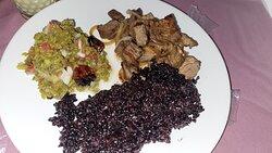 Arroz negro, carne de sol e salada de palma (uma delícia).