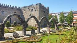 Jardin de Santa Barbara, rester av stadens palats framför ärkebiskopens palats
