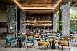 由全景落地窗构筑的阳光酒廊BOND BAR,夜幕降临时空间昼夜氛围悄然转换,尽享入夜的精彩纷呈。