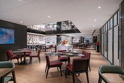 朵颐全日餐厅提供自助早餐、自助晚餐及零点菜式,囊括现代创意美食及各国美味佳肴。