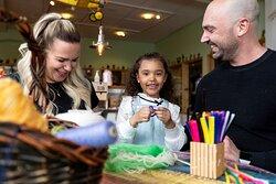 Hela familjen kan pyssla i vår Makerverkstad! Foto: Tuana Fridén