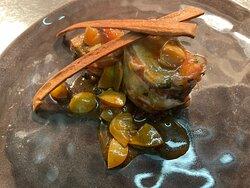 Filetto di maiale in crosta di pancetta e erbette con riduzione d'uva