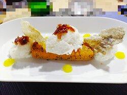 Baccalà mantecato accompagnato da marmellata di cipolle rosse e polenta fritta al sesamo nero e limone