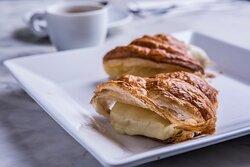 Queijo quente no croissant + café.