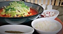 Pozole Típico del mes patrio elaborado con maíz, carne de cerdo y caldo rojo acompañado con lechuga, rábanos y cebolla picada. * Especialidades del Mes de Septiembre 2021