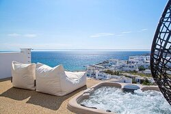 True White Suite with Jacuzzi