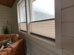 Raffrollos an den Fenstern - Cottage Nr. 4  (Juli 2021)