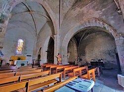 Construite au 12ème et13ème siècles, elle était alors la chapelle du château contigu du mur Nord. Devenue église paroissiale, elle sera reconstruite en grande partie au 15ème siècle.  Ouverte et accueillante, elle est un témoin presque millénaire de ce charmant village.