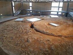 Μεσοελλαδικό Νεκροταφείο Βρανά, στην αυλή του Μουσείου