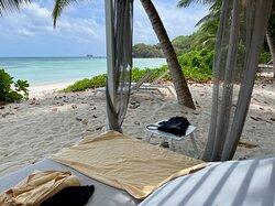 Des vrais lits sur la plage, sous les cocotiers.
