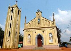 Cathédrale Notre Dame du Lac Togo à Togoville , vue de la façade et du clocher //Notre Dame du Lac Togo cathedral in Togoville, view of the facade and bell tower