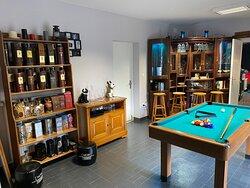 Salle billard et sa collection de bouteilles de whisky