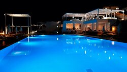 een van de 3 zwembaden met het Italiaans restaurant Cuccina op de achtergrond