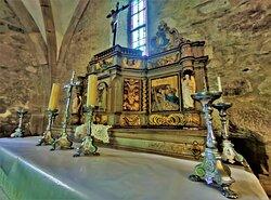 Des tableaux, le mobilier, un retable, une cuve baptismale, un bénitier sont à découvrir en plus des vitraux de belle facture. L'architecture en granit en impose, elle a magnifiquement résisté aux 8 siècles passés.