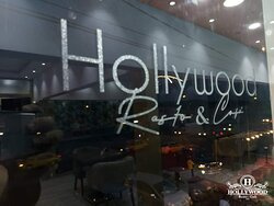 L'endroit le plus cool et divertissement d'Abidjan du moment c'est Hollywood Resto Café, faites y un tour.