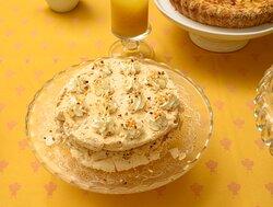Torta di meringa alla nocciola con panna fresca e albicocche secche