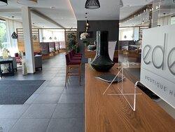 Hotel Empfang mit Bar und Übergang zum Speisesaal