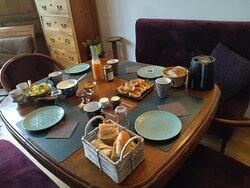 Photo du petit déjeuner: Il est fait-maison avec des produits locaux: ici: salade de fruits de saison, pain frais, pain perdu, boisson chaude (thé ou café), jus de fruits