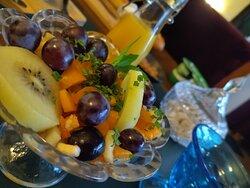 petit déjeuner avec salade de fruits de saison.