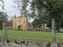 Château du Breuil Yvain. Vue 88. Les Jardins, devant Le Châtelet, Les Annexes, à Gauche. 18 Septembre 2021. Orsennes.