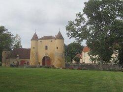 Château du Breuil Yvain. Vue 87. Les Jardins, devant Le Châtelet, Les Annexes, à Gauche, et Le Logis Principal, à Droite. 18 Septembre 2021. Orsennes.