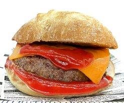 Burger de 100 gramos con queso cheddar y ketchup