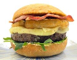 Burger Palermo, 200 gramos de ternera, rúcula, queso mozzarella, aros de cebolla rebozado a la cerveza negra y bacón. acompañada de una salsa pesto.