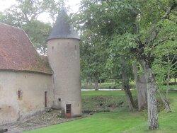 Château du Breuil Yvain. Vue 75. Derrière Grande Annexe, avec Tour Ronde, à L'Angle. 18 Septembre 2021. Orsennes.