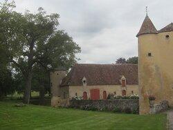 Château du Breuil Yvain. Vue 71. Les Jardins, devant Le Châtelet, Les Annexes, à Gauche. 18 Septembre 2021. Orsennes.