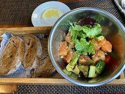 Севиче из лосося и авокадо с гренками