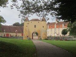 Château du Breuil Yvain. Vue 50. à Gauche, La Grande Annexe, XVIIème Siècle, à Droite, Le Logis Principal XVIIIème Siècle. Devant, Le Châtelet 1450. 18 Septembre 2021. Orsennes.
