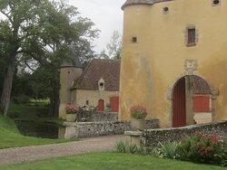 Château du Breuil Yvain. Vue 44. Côté Gauche du Châtelet (1450) ou Porte Fortifiée, avec Les Douves et Pont Dormant. 18 Septembre 2021. Orsennes.