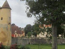 Château du Breuil Yvain. Vue 43. Côté Droit, après La Cour-Terrasse Principale. 18 Septembre 2021. Orsennes.