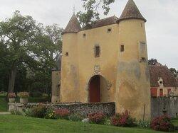 Château du Breuil Yvain. Vue 42. Côté Droit Fleuri des Abords, du Châtelet (1450) ou Porte Fortifiée. 18 Septembre 2021. Orsennes.