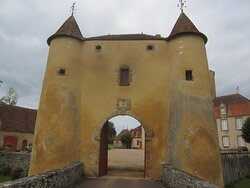 Château du Breuil Yvain. Vue 30. Grande Annexe, XVIIème Siècle, à Gauche, Logis Principal, XVIIIème Siècle, à Droite, Devant, Le Châtelet en 1450, ou Porte Fortifiée. 18 Septembre 2021. Orsennes.