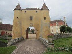 Château du Breuil Yvain. Vue 29. Grande Annexe, XVIIème Siècle, à Gauche, Logis Principal, XVIIIème Siècle, à Droite, Devant, Le Châtelet en 1450, ou Porte Fortifiée. 18 Septembre 2021. Orsennes.