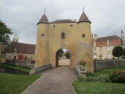 Château du Breuil Yvain. Vue 28. Grande Annexe, XVIIème Siècle, à Gauche, Logis Principal, XVIIIème Siècle, à Droite, Devant, Le Châtelet en 1450, ou Porte Fortifiée. 18 Septembre 2021. Orsennes.