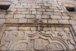 Dintel con escudo y dos leones al lado en la entrada principal al castillo