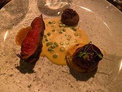 Flat iron steak med løg tarte tatin, morkler og blanquette sauce