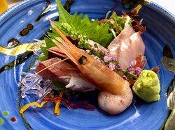 小ぶりですが、どれも美味しかったです。特に、右に写っている刺身(あま鯛?)「こりっ」として美味しかったです。