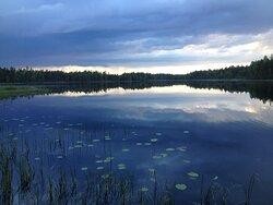Kyllesjön vid Vildmarksbyn. Lånaa kanoter eller roddbåten.