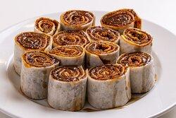 Meze Çig Köfte / involitini di Çig Köfte.(vegan/vegano)  bulgur,ul biber tradizionale di urfa dolce, guarnita succo di limone e salsa di melograno.