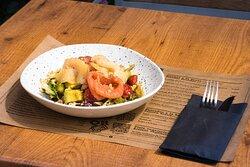 ¿Has probado nuestra ensalada de ahumados con salmón y bacalao?  Está deliciosa