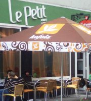 Le Petit Cafe & Bar