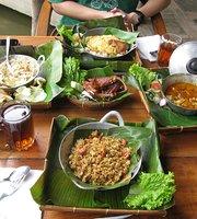 Sapu Lidi Makan Di Sawah