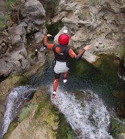 جولات التجديف في الأنهار الصعبة وهبوط الجبال بالحبل