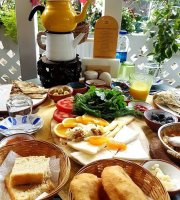 Sari Demlik Breakfast